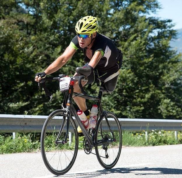 Απίστευτα συγκινητική ιστορία :Ο ποδηλάτης με το ένα χέρι και το ένα πόδι και η δύναμη της ψυχής του!